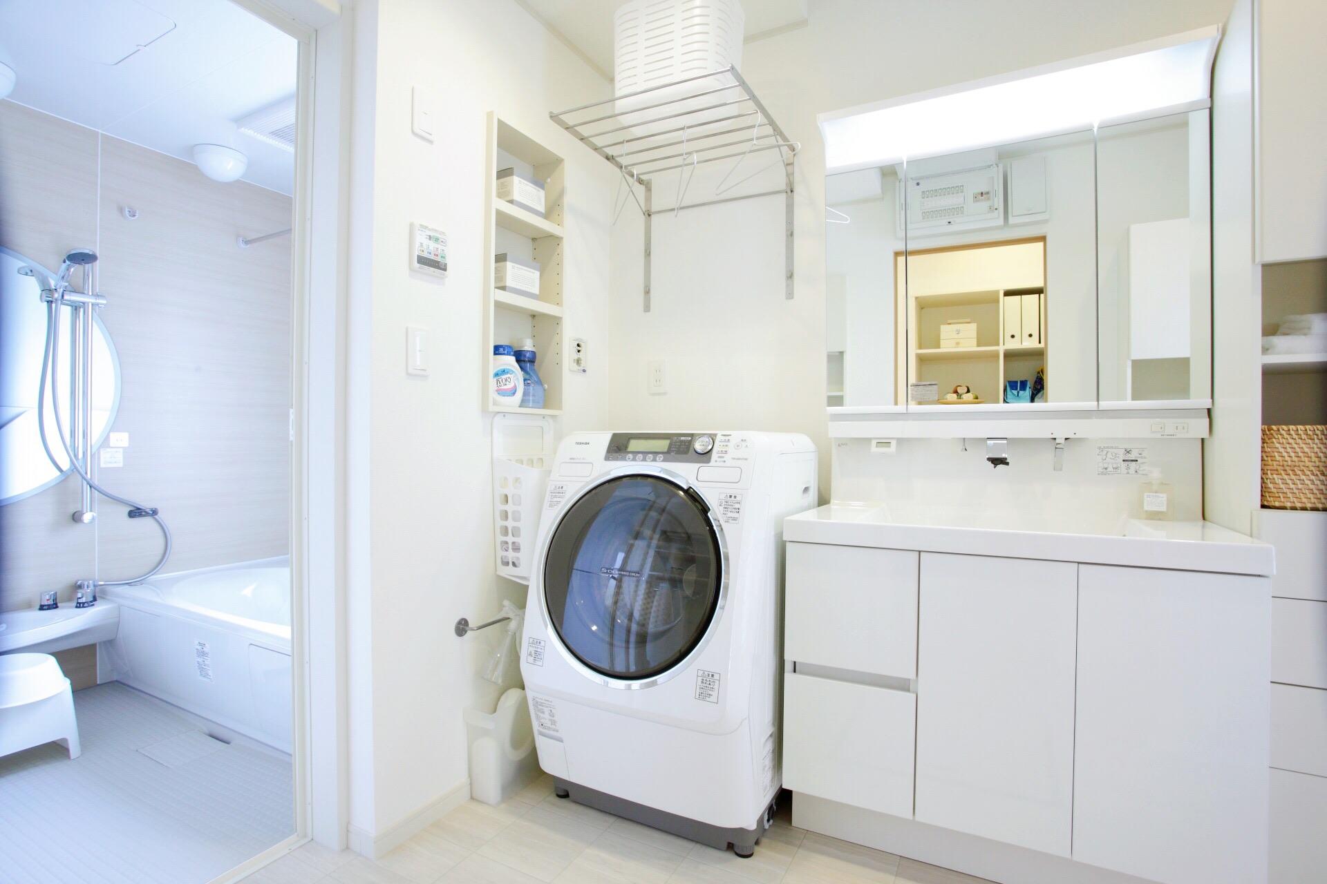 洗濯用洗剤などを入れられる、壁を使った収納