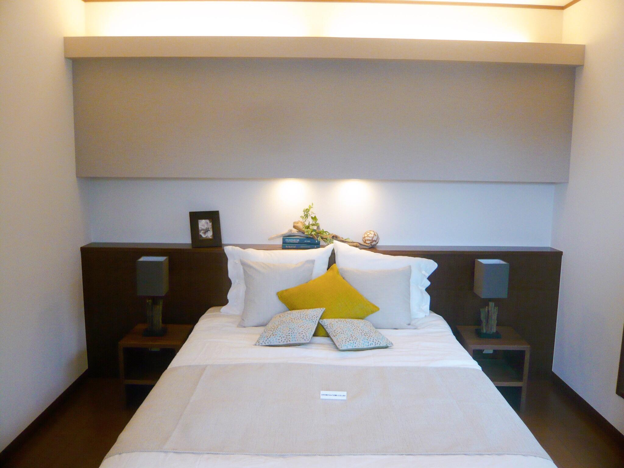 間接照明でラグジュアリー感のある寝室
