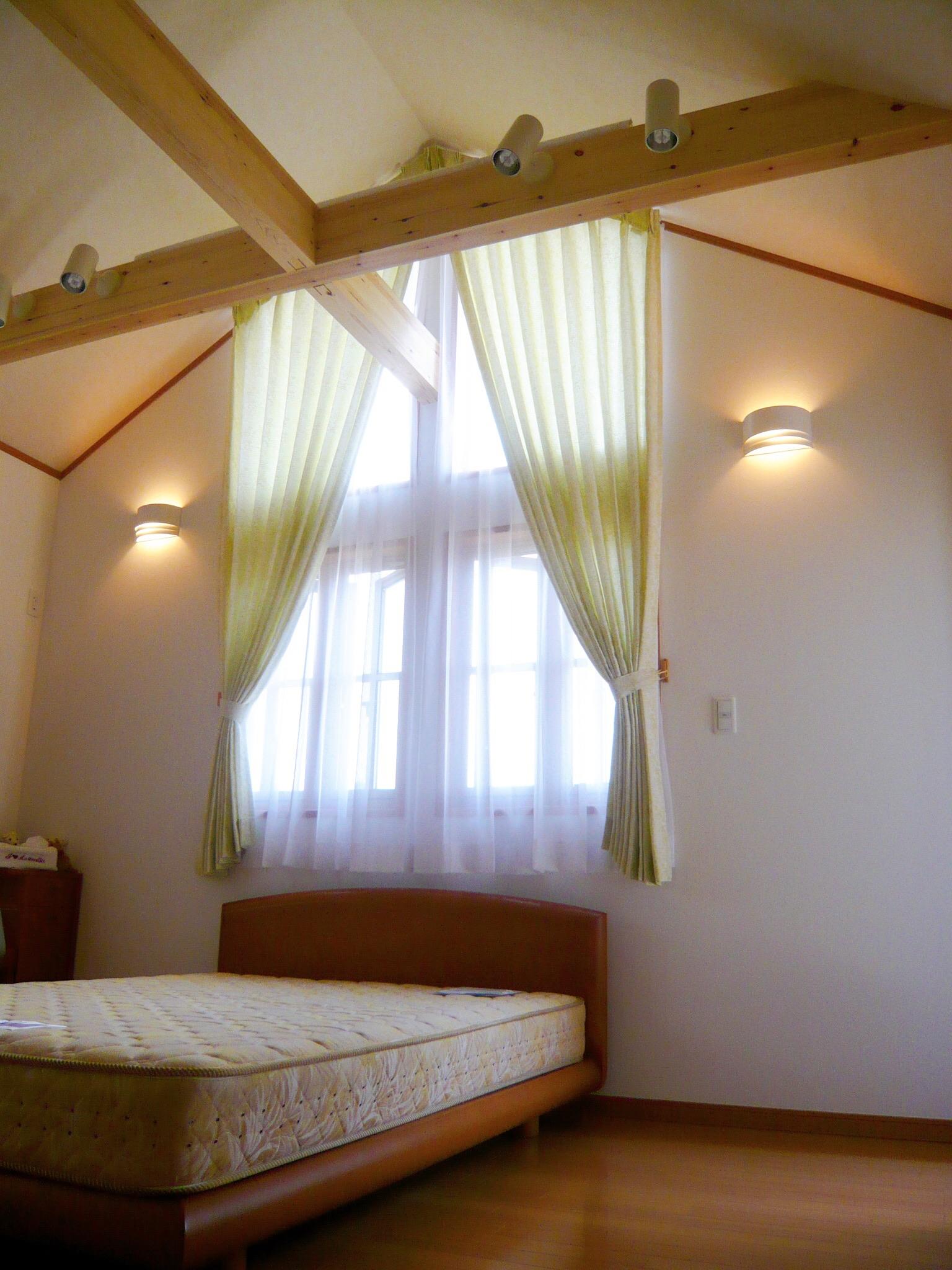 開放的で明るい寝室