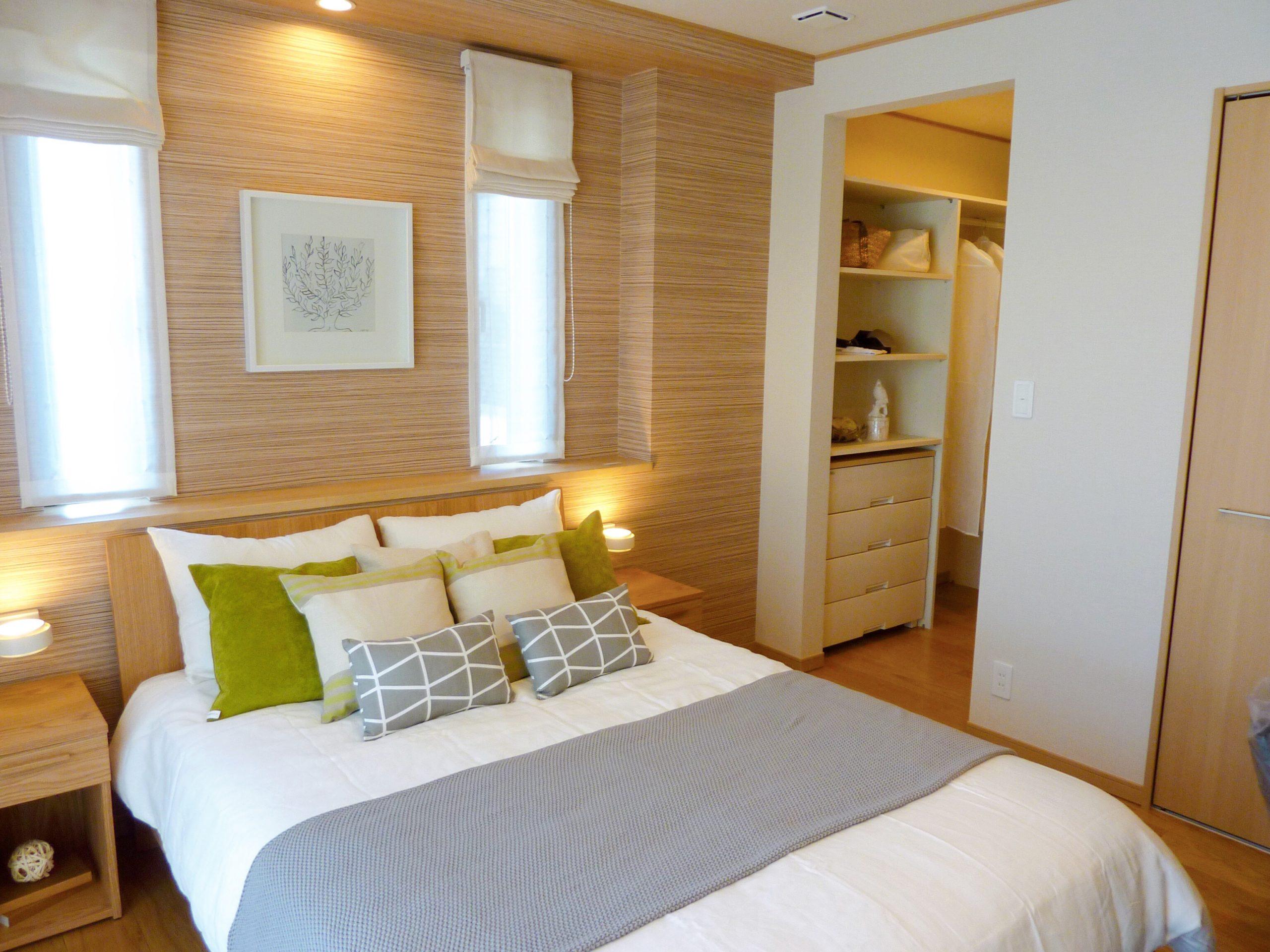 木目調クロスが温かみを演出する寝室