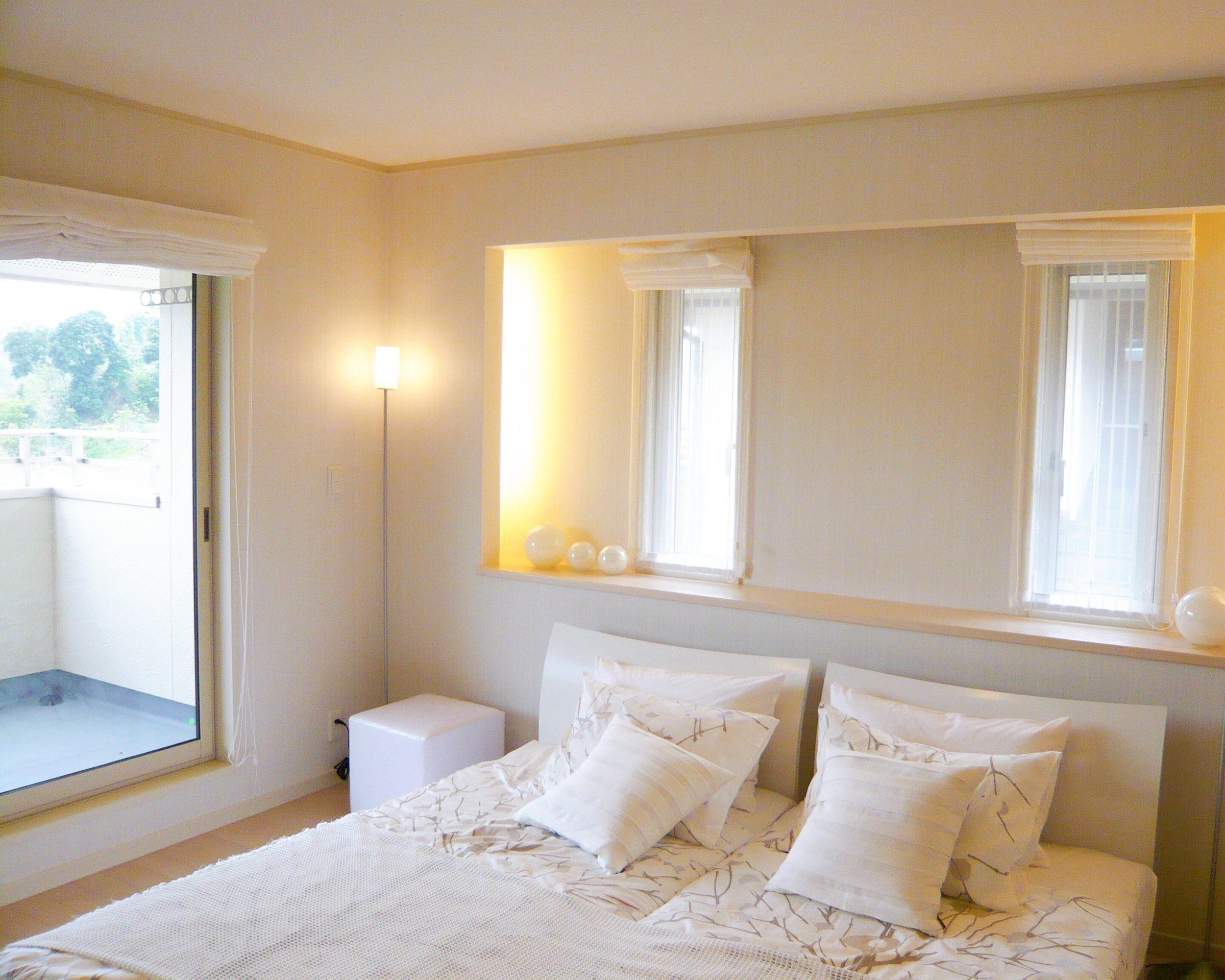 白で統一されたラグジュアリー感のある寝室