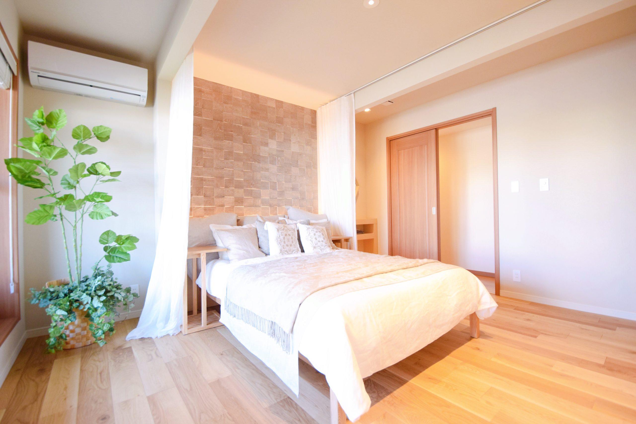 ベッド周りにカーテンレールがある寝室