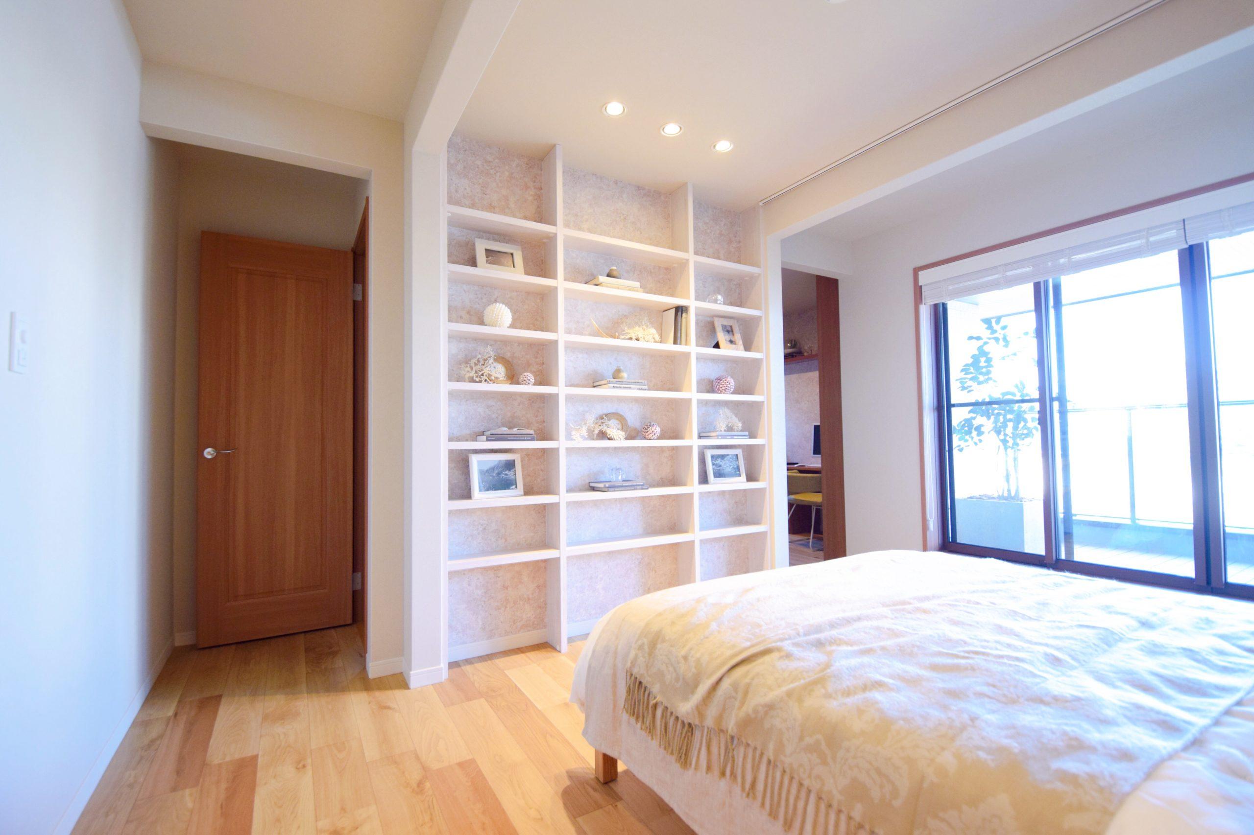 壁付の飾り棚で楽しい寝室