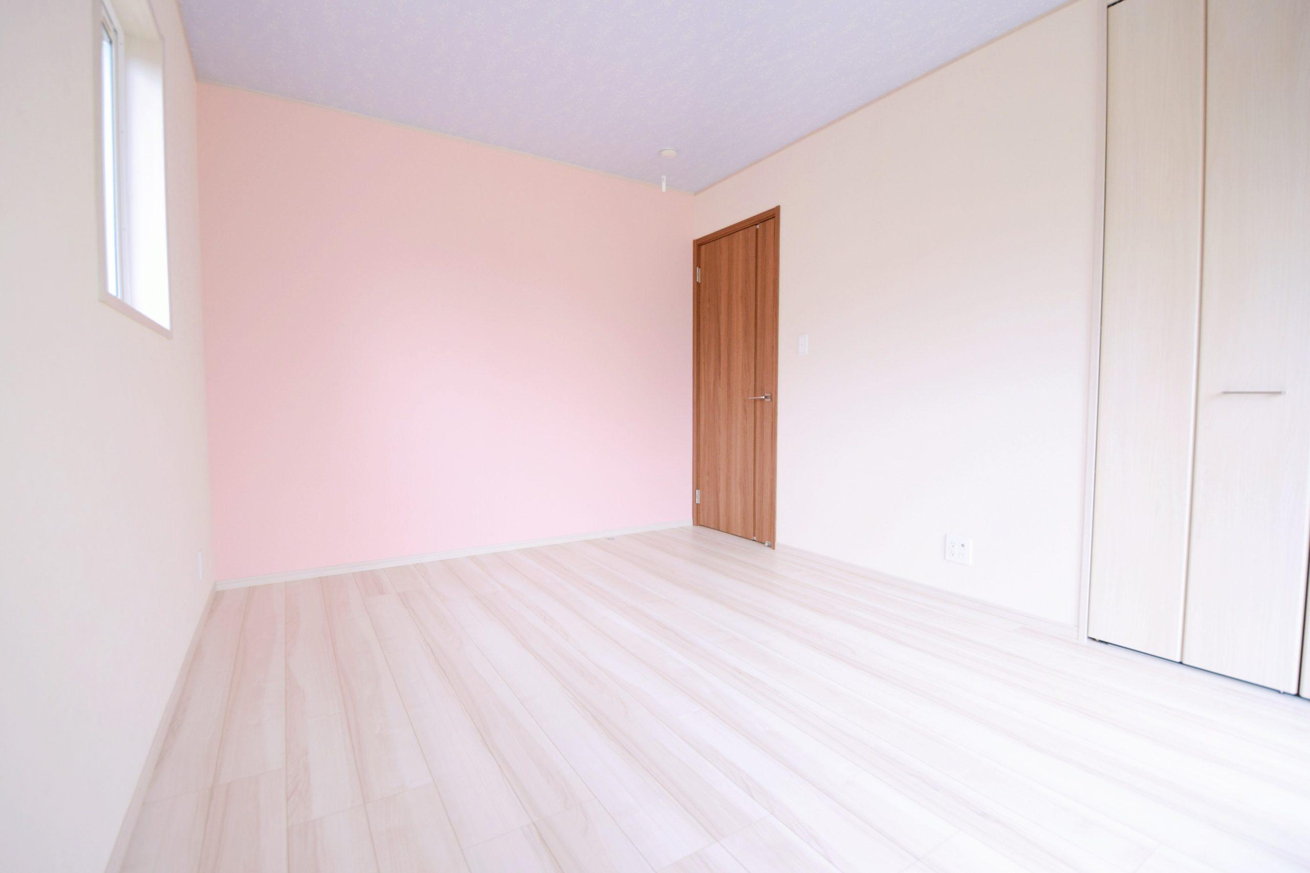 パステルカラーのアクセントクロス2色使いで、ファンシーなお部屋