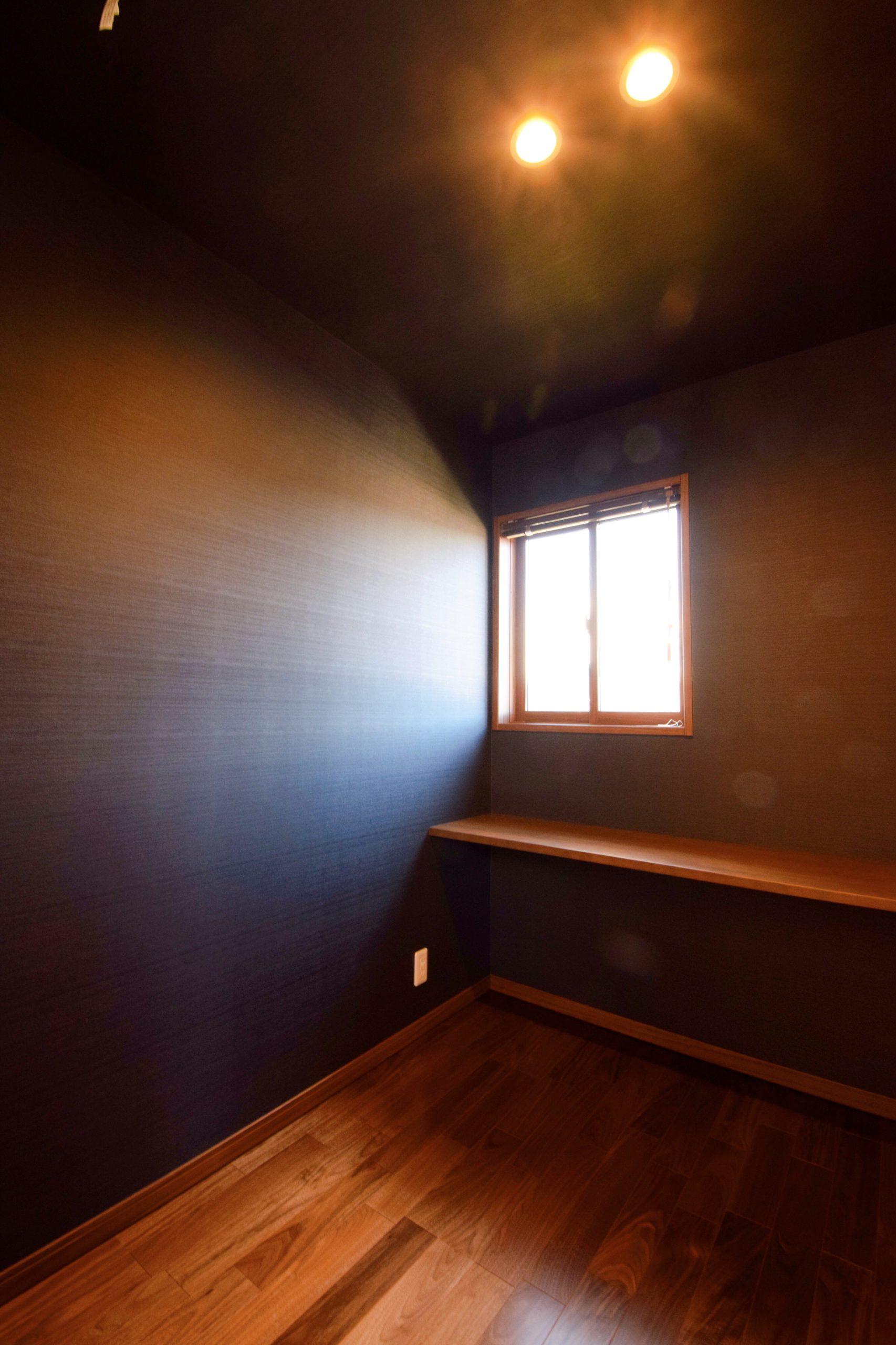 シックな落ち着いた空間で、書斎や趣味スペースに