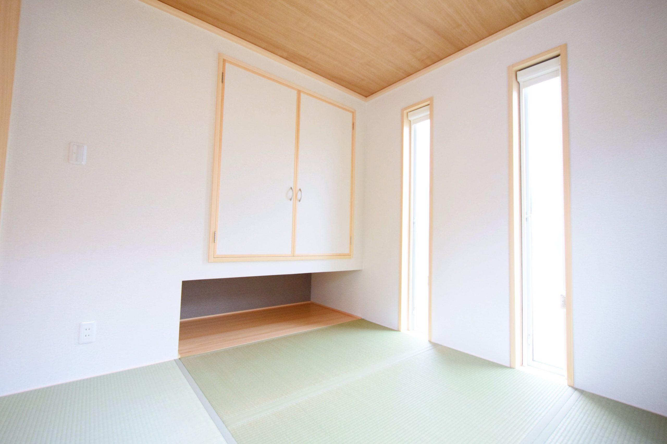 縦長の窓がアクセントな和室