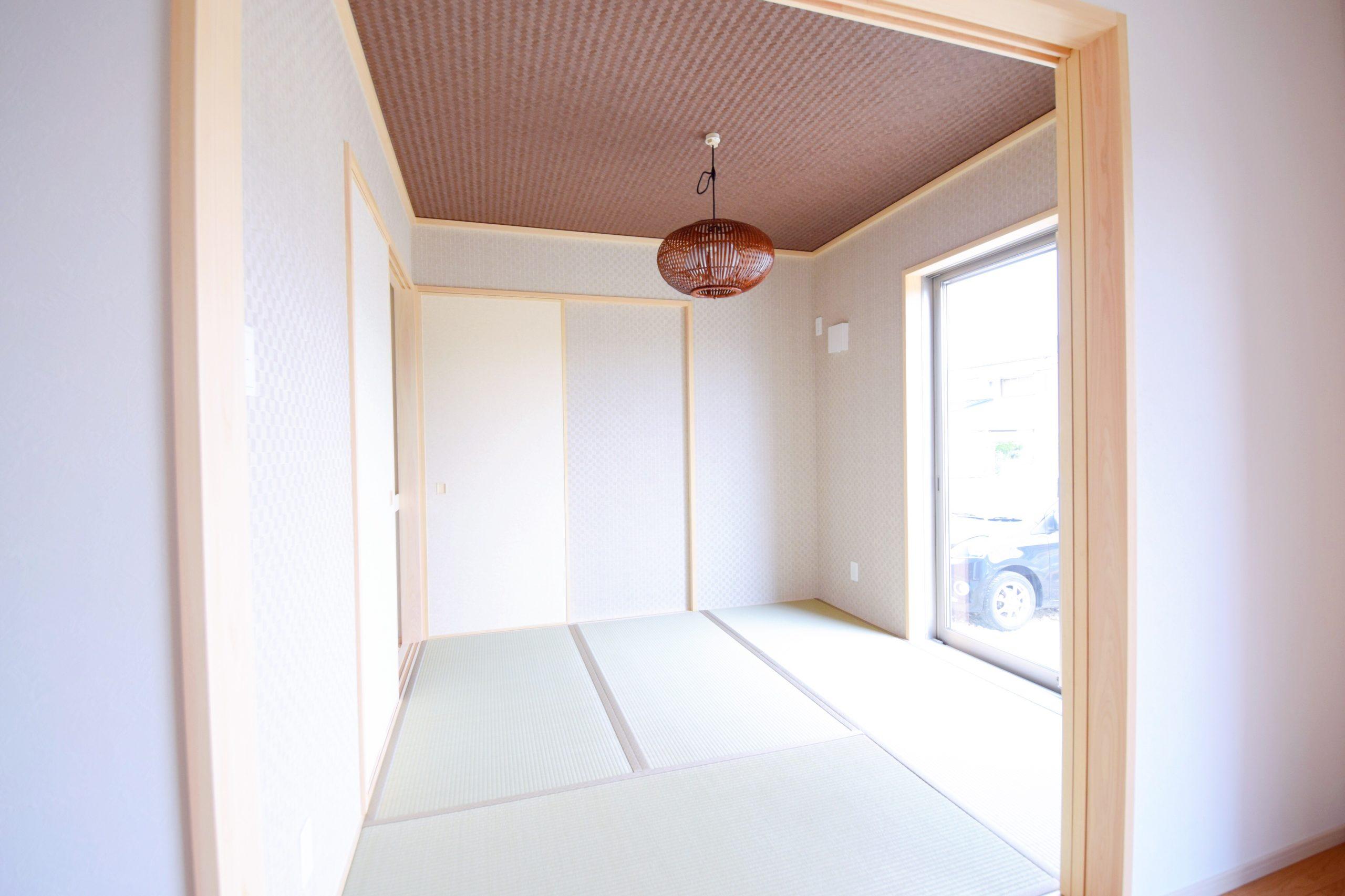 天井のクロスが綺麗な和室