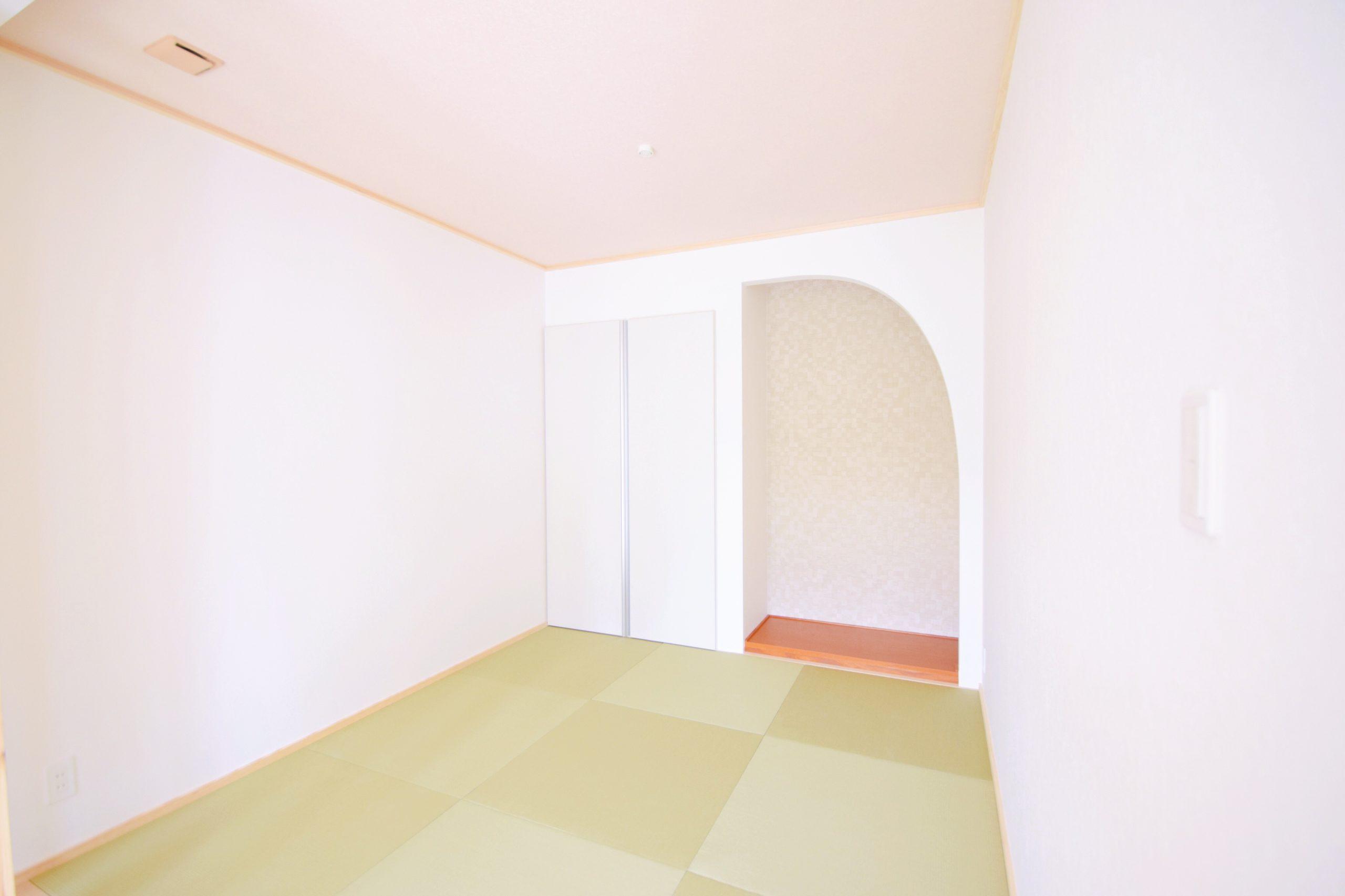 アーチの壁が綺麗な和室