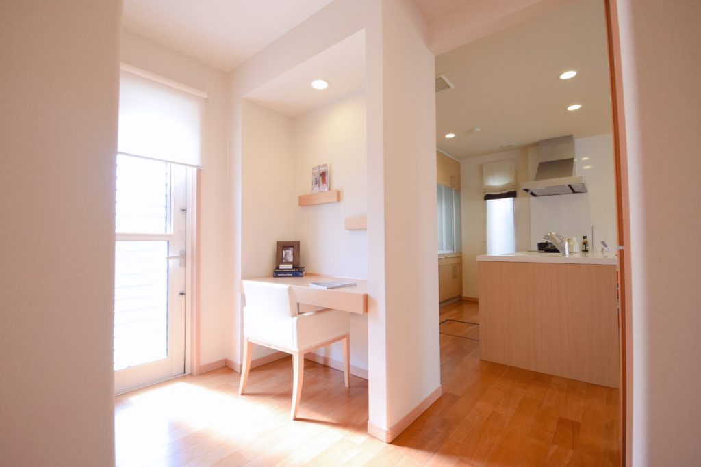 リビングの一部分に、家事や趣味にも使える小さな学習スペース